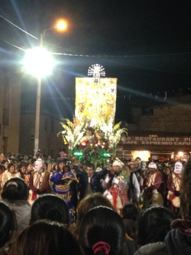 Kapakuya flanking the Christ de Choquekillka as he bows to the masses before re-entering the chapel in the plaza where he resides, thus ending the festival.